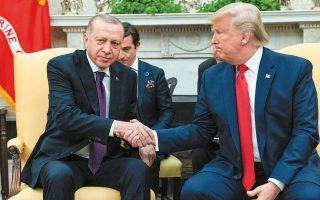 Ο Τούρκος πρόεδρος Ταγίπ Ερντογάν κατάφερε να χειραγωγήσει τον Ντόναλντ Τραμπ κατά τη διάρκεια δεκάδων τηλεφωνικών συνομιλιών που είχαν, σύμφωνα με ρεπορτάζ του CNN. Ο Τραμπ έχει συνομιλήσει με τον Ερντογάν περισσότερες φορές από οποιονδήποτε άλλον ξένο ηγέτη, ενώ ο Τούρκος πρόεδρος κατάφερνε να του «αποσπά ό,τι ήθελε», πείθοντάς τον να αποσύρει τα αμερικανικά στρατεύματα από τη βόρεια Συρία. Φωτ. A.P. PHOTO / EVAN VUCCI