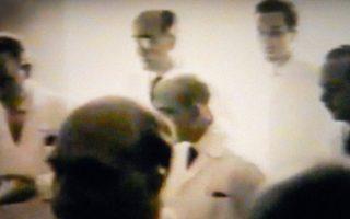 Ο Γεώργιος Τουμπανάκης, πίσω και δεξιά, σε ένα από τα ιατρικά συμβούλια στο ΑΧΕΠΑ. Από την εκπομπή «Ρεπορτάζ χωρίς σύνορα» του Στέλιου Κούλογλου με θέμα τη δολοφονία του Γρηγόρη Λαμπράκη.