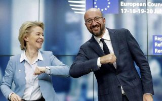 H πρόεδρος της Ευρωπαϊκής Επιτροπής Ούρσουλα φον ντερ Λάιεν και ο πρόεδρος του Ευρωπαϊκού Συμβουλίου Σαρλ Μισέλ κατέβαλαν προσπάθειες επί τέσσερις ημέρες προκειμένου να υπάρξει συμβιβασμός μεταξύ των Ευρωπαίων ηγετών.