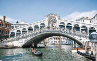 Ως ευκαιρία προσεγγίζουν το βαρύ πλήγμα που δέχθηκε η τουριστική βιομηχανία, λόγω πανδημίας, οι κάτοικοι της Βενετίας. Απαλλαγμένοι από το άχθος του υπερτουρισμού, οραματίζονται ότι θα ανακτήσουν την πόλη τους, θα βελτιώσουν την ποιότητα της ζωής τους και θα την αναπτύξουν όχι μόνον ως τουριστικό προορισμό, αλλά ως διεθνές κέντρο τεχνών και έρευνας (φωτ. Alessandro Grassani / The New York Times).