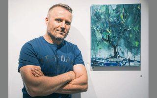 Ο Φώτης Κλογέρης μπροστά στο έργο με το οποίο συμμετέχει στην έκθεση «Ανάσα της φύσης», στην αίθουσα τέχνης «Τεχνοχώρος».