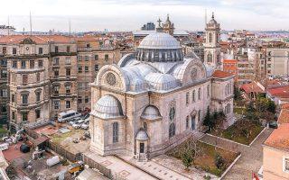 Ο Ιερός Ναός Αγίας Τριάδος Σταυροδρομίου, στην πλατεία Ταξίμ. Το Σταυροδρόμι, που επίσης λεγόταν και Πέραν, πήρε το όνομά του από τους Ελληνες της Πόλης που διέσχιζαν την περιοχή και σχημάτιζαν ένα σταυρό (φωτ. SHUTTERSTOCK).