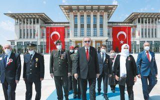 Ο Ταγίπ Ερντογάν κατευθύνεται προς το «μνημείο των μαρτύρων», για την επέτειο των τεσσάρων χρόνων από το αποτυχημένο πραξικόπημα (φωτ. EPA).