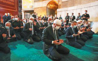 Ο Τούρκος πρόεδρος Ρετζέπ Ταγίπ Ερντογάν κατά τη διάρκεια της πρώτης μουσουλμανικής προσευχής έπειτα από 86 χρόνια στην Αγία Σοφία (φωτ. A.P.).