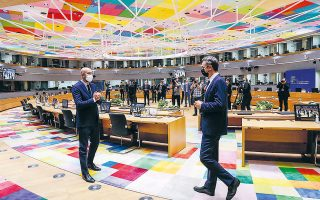 Ο πρόεδρος του Ευρωπαϊκού Συμβουλίου Σαρλ Μισέλ και ο Ελληνας πρωθυπουργός Κυριάκος Μητσοτάκης, χθες, στην αίθουσα της συνεδρίασης (φωτ. ΑΠΕ-ΜΠΕ).