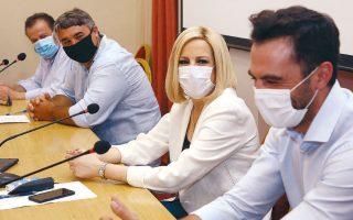 Γελάνε και οι μάσκες τους (φωτ. INTIME NEWS).