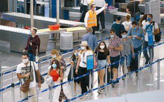 Επιβατική κίνηση στο αεροδρόμιο «Ελ. Βενιζέλος», χθες. Προς το παρόν, για τους ειδικούς ζητούμενο είναι να τηρούνται τα υφιστάμενα υγειονομικά πρωτόκολλα.