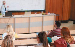 Στελέχη του ελληνικού υπουργείου Παιδείας χαρακτήρισαν την απόφαση «προβληματική», προδικάζοντας αναμόρφωση του σχετικού ρυθμιστικού πλαισίου αναγνωρίσεως πτυχίων (φωτ. SHUTTERSTOCK).
