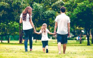 Ερευνα του σουηδικού ινστιτούτου Καρολίνσκα έδειξε ότι τα παιδιά που ζουν ίδιο χρόνο και με τους δύο γονείς υποφέρουν από λιγότερα ψυχοσωματικά και κοινωνικά προβλήματα σε σύγκριση με εκείνα που ζουν με τον ένα γονέα μόνο (φωτ. SHUTTERSTOCK).