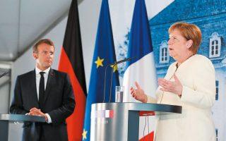 Η Γερμανίδα καγκελάριος Αγκελα Μέρκελ και ο Γάλλος πρόεδρος Εμανουέλ Μακρόν κάνουν δηλώσεις στον Τύπο ύστερα από την προχθεσινή συνάντησή τους στο Μέζεμπεργκ της Γερμανίας (φωτ. Α.Ρ.).