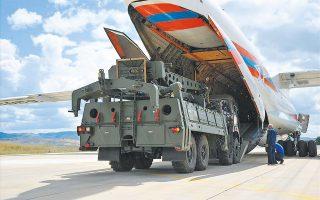 Οι S-400 κατά την άφιξή τους σε αεροπορική βάση στην Αγκυρα, πέρυσι τέτοια εποχή (φωτ. EPA).