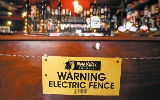 Ριζική λύση στο πρόβλημα της κοινωνικής αποστασιοποίησης έδωσε ο ιδιοκτήτης μπαρ στην Κορνουάλη, τοποθετώντας ηλεκτρικό φράχτη μπροστά από την μπάρα, ώστε να αποτρέπεται η προσέγγιση πελατών και προσωπικού.