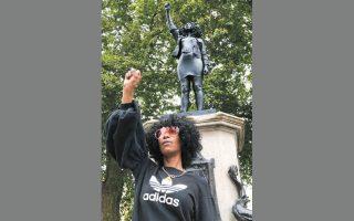 H Τζεν Ρέιντ μπροστά στο άγαλμά της, στο Μπρίστολ.