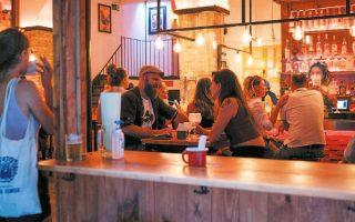 Nεαρόκοσμος σε μπαρ της Βαρκελώνης. Αλλοι είναι προσεκτικοί, άλλοι όχι (φωτ. REUTERS).