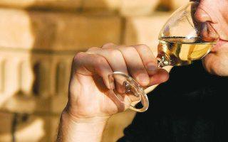 Σημαντική για τη θωράκιση της υγείας, ιδιαίτερα έναντι κάποιων μορφών καρκίνου, είναι η μείωση της ημερήσιας κατανάλωσης αλκοόλ τόσο ώστε να μην υπερβαίνει το ένα ποτήρι (φωτ. A.P.).