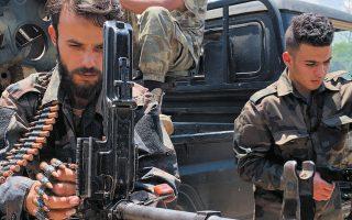 Στρατιώτες της κυβέρνησης της Τρίπολης με το βλέμμα προς τη Σύρτη (φωτ. REUTERS).
