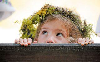 Κορίτσι με στεφάνι από λουλούδια στο κεφάλι, σε παγανιστική γιορτή γονιμότητας, στο Βουκουρέστι (φωτ. A.P.).