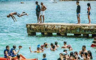 Κολυμβητές συρρέουν στην Πλάγια ντελ Σαλάδο, στο Καϊμίτο της Κούβας.