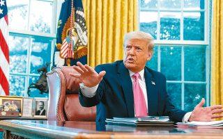 Μία ημέρα μετά τη συνέντευξή του στο Fox News, ο Ντόναλντ Τραμπ συναντήθηκε με τον Ρεπουμπλικανό ηγέτη της πλειοψηφίας της Γερουσίας, Μιτς Μακόνελ, στο Οβάλ Γραφείο του Λευκού Οίκου (φωτ. A.P.).