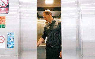 O Nτουλ στο ασανσέρ, μετά την απόλυσή του από την ιστοσελίδα index (φωτ. REUTERS).