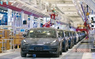 Ενδεικτικό της ισχυροποίησης της Tesla είναι το γεγονός ότι πλέον φιγουράρει στην πρώτη θέση, βάσει κεφαλαιοποίησης, μεταξύ των αυτοκινητοβιομηχανιών, προσπερνώντας την Toyota (φωτ. Reuters).
