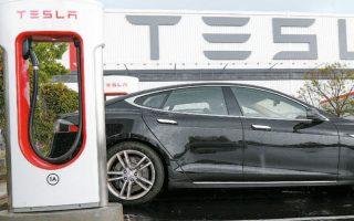 Στην αρχή της εβδομάδας και συγκεκριμένα τη Δευτέρα, η τιμή μετοχής της Tesla είχε εμφανίσει άνοδο στα υψηλά ενδοσυνεδριακά επίπεδα των 1.790 δολαρίων, για να υποχωρήσει μετά, ενώ χθες αργά το βράδυ διαπραγματευόταν σχεδόν στα 1.502 δολάρια.