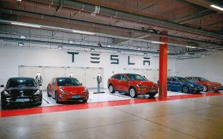 Η Tesla προωθεί μία ατελή τεχνολογία και την αναβαθμίζει διαρκώς καθ' οδόν. Λειτουργεί όπως οι εταιρείες λογισμικού κινητών τηλεφώνων, που το βελτιώνουν ενόσω κανείς τα χρησιμοποιεί.
