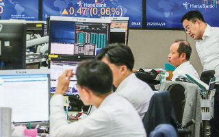 Στις αγορές συναλλάγματος, ο δολαριακός δείκτης DXY που λειτουργεί ως ασφαλές επενδυτικό καταφύγιο υποχώρησε σε χαμηλό ενός μηνός 95,777 την Τετάρτη, προτού ανακάμψει στην περιοχή του 96,150 στις αγορές της Ευρώπης την Παρασκευή.