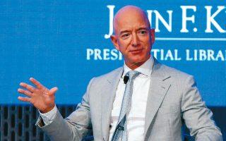 Παρά τον οικονομικό αντίκτυπο της πανδημίας, ο αριθμός των βαθύπλουτων αυξάνεται ανά τον κόσμο, όπως και ο πλούτος πολλών εξ αυτών. Ο πλουσιότερος άνθρωπος στον κόσμο, Τζεφ Μπέζος, ιδρυτής της Amazon, είδε την περιουσία του να αυξάνεται κατά 75 δισ. δολάρια μέσα στο έτος.