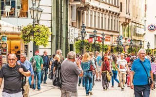 H ουγγρική πρωτεύουσα αποφάσισε να συνταχθεί με το Παρίσι, το Βερολίνο, το Αμστερνταμ και τη Μαδρίτη θέτοντας φραγμούς στις ανεξέλεγκτες βραχυχρόνιες μισθώσεις, καθώς οι κάτοικοί της αντιδρούν και ζητούν να πάρουν πίσω τις γειτονιές τους, που τις κατέλαβαν οι τουρίστες (φωτ. SUTTERSTOCK).