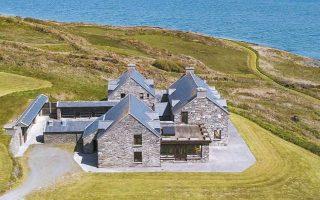 Την περασμένη εβδομάδα, ένας αγνώστων στοιχείων βαθύπλουτος αγόρασε το Horse Island, ένα απομονωμένο νησάκι στη νοτιοδυτική ακτή της Ιρλανδίας, έναντι 5,5 εκατ. ευρώ.