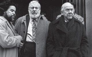 Ο Γκράχαμ Γκρην (δεξιά) με τον Πίτερ Ουστίνοφ (κέντρο) σε συνέδριο στο Πανεπιστήμιο της Σορβόννης, το 1983. Φωτ. A.P. / Jacques Langevin