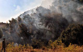 Εθελοντές βοηθούν στην κατάσβεση φωτιάς στο χωριό Ξυλοκέριζα Κορινθίας (φωτ. ΑΠΕ-ΜΠΕ/ΒΑΣΙΛΗΣ ΨΩΜΑΣ).