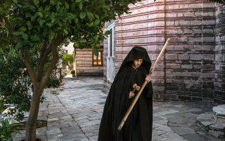 Μοναχός στην Ιερά Μονή Ξενοφώντος. © Mauricio Lima/The New York Times