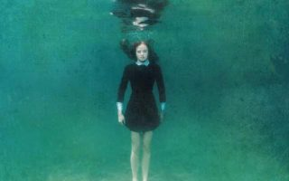 Βυθίστηκε στο νερό, αιωρήθηκε στο υδάτινο κενό της θάλασσας απλώνοντας χέρια και πόδια, νιώθοντας τους πνεύμονές της να σφίγγουν σαν μέγγενη μέσα στο στέρνο της.