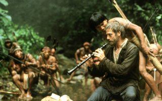 Ο Τζέρεμι Αϊρονς, στον ρόλο του ιεραπόστολου Γκάμπριελ, παίζει όμποε στους Ινδιάνους του Αμαζονίου. Σκηνή από την «Αποστολή», που ο Ρόλαντ Τζόφι γύρισε το 1986.