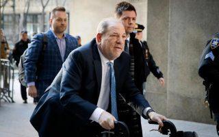 Παρά την εμφάνισή του στο δικαστήριο της Νέας Υόρκης τον Φεβρουάριο με περιπατητήρα, ο Χάρβεϊ Ουάινσταϊν δεν κατάφερε να προκαλέσει τον οίκτο και την επιείκεια της έδρας (Φωτ. Α.Ρ.).