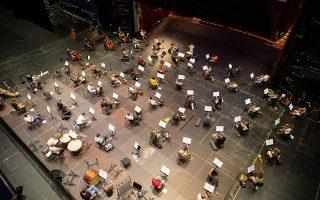 Πρόβες πάνω στην κεντρική σκηνή της ΕΛΣ, για να τηρηθούν οι αποστάσεις ασφαλείας των δύο μέτρων μεταξύ των μουσικών.
