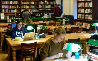 «Αν υπάρχει παράδεισος, αυτός είναι μια βιβλιοθήκη», λέει ο Βρετανός συγγραφέας Νιλ Γκέιμαν. (Φωτ. EPA/Zsolt Czegledi)