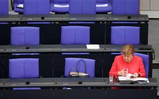 Η Γερμανίδα καγκελάριος Αγκελα Μέρκελ, ερωτηθείσα σχετικά με το μεταναστευτικό, είπε ότι θεωρεί «πολύ σημαντικό να καταφέρουμε να συντονίσουμε καλύτερα τις διασώσεις. Μοιραζόμαστε την ανησυχία για όσα διαδραματίζονται στα σύνορα μεταξύ Τουρκίας και Ελλάδας ή στη Μεσόγειο» (φωτ. EPA/HAYOUNG JEON).