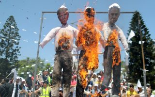 Φωτ. REUTERS: Παλαιστίνιοι διαμαρτύρονται κατά του σχεδίου του Ισραήλ να προσαρτήσει τμήματα της κατεχόμενης Δυτικής Όχθης