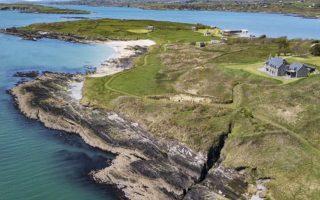 Το Χορς Αϊλαντ έχει έκταση 628 στρεμμάτων και βρίσκεται νοτιοδυτικά της Ιρλανδίας. Φιλοξενεί μία κύρια κατοικία και έξι ακόμη αγροικίες, ενώ είναι αύταρκες ως προς την προμήθεια νερού και ρεύματος.