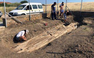 Φωτ. ΑΠΕ - ΜΠΕ: Ο κορμός, με μήκος που ξεπερνά τα οκτώ μέτρα, ανακαλύφθηκε στο χωριό Βάρος
