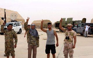 Φωτ αρχείου: Μέλη της κυβέρνησης της Τρίπολης κάνουν το σήμα της νίκης.