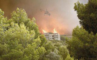 Ενα και μοναδικό ελικόπτερο επιχείρησε για την κατάσβεση της πυρκαγιάς (εδώ στον Νέο Βουτζά). Η φωτιά, ανεξέλεγκτη, πέρασε τη Μαραθώνος και έφτασε στο Μάτι. Φωτ. ΑΠΕ-ΜΠΕ / ΑΛΕΞΑΝΔΡΟΣ ΒΛΑΧΟΣ