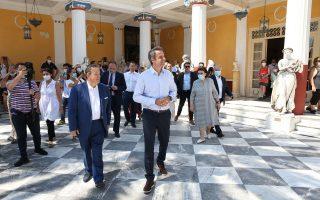 Ο Κυριάκος Μητσοτάκης ξεναγείται στο Μουσείο του Αχιλλείου από τον διευθυντή του Μουσείου Αναστάσιο Διαβάτη κατά την επίσκεψή του στην Κέρκυρα. Φωτ. ΑΠΕ-ΜΠΕ