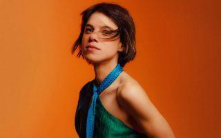 «Πλέον, δεν γράφω ένα τραγούδι στον καναπέ μου και ας το πάρει όποιος θέλει», λέει η Μόνικα στην «Κ» (φωτ. Stefanos Papadopoulos).