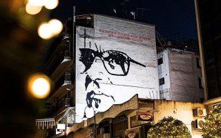 Η μορφή του Ενιο Μορικόνε σε τοίχο πολυκατοικίας στη Λάρισα.