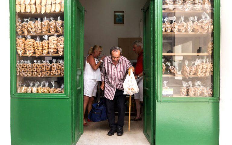 Ο φούρνος του Αλεξανδράκη στην Παλιά Πόλη Ρεθύμνου, με ιστορία δύο αιώνων. Μπείτε νωρίς το πρωί για αφράτο τσουρεκάκι και μυρωδάτο ψωμί. (Φωτογραφία: Έφη Παρούτσα)