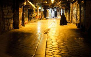 Από τη νυχτερινή οδό Ηφαίστου με τα κλειστά μαγαζιά μέχρι τα γεμάτα γκράφιτι στενά των Εξαρχείων, η Παρί συνεχίζει την αναζήτησή της.